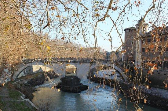 Isola Tiberina : Мост на остров