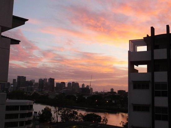 Founda Gardens Apartments : Sunrise in Brisbane