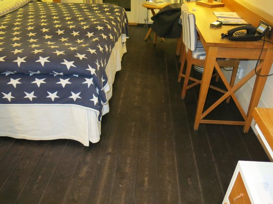 Hotel J : Rought dark flooring - like in a boat house