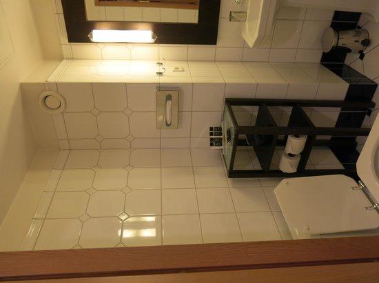 Hotel J: Bathroom