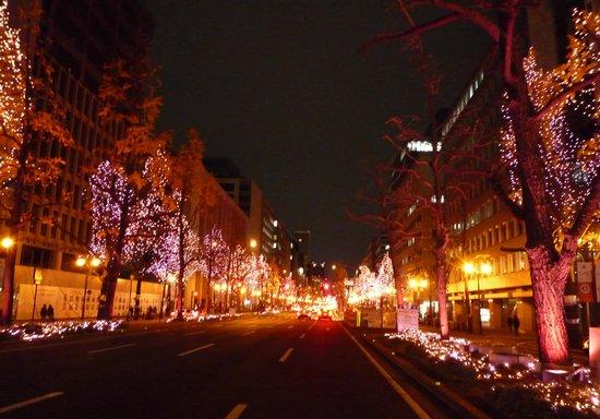 Midosuji Street: 淀屋橋エリアはコーラルピンク