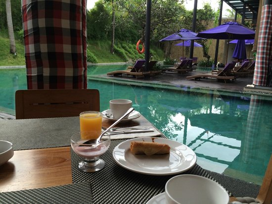 Taum Resort Bali : Breakfast by the pool
