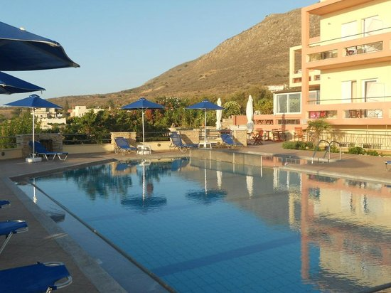 Kanakis Apartments: morning in the swimming pool