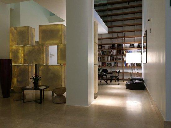 Palazzo Montemartini: L'ingresso con sala lettura