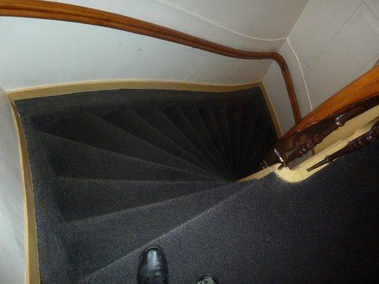 Dam Hotel : Крутая лестница на второй этаж к лифту