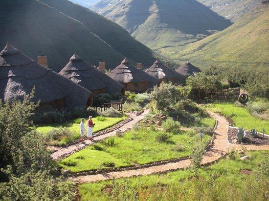 Maliba Mountain Lodge: Rundhütten im Morgenlicht