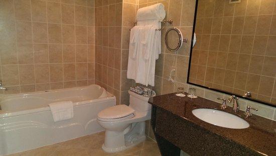 Queen's Landing: Jacuzzi tub - Premium Room