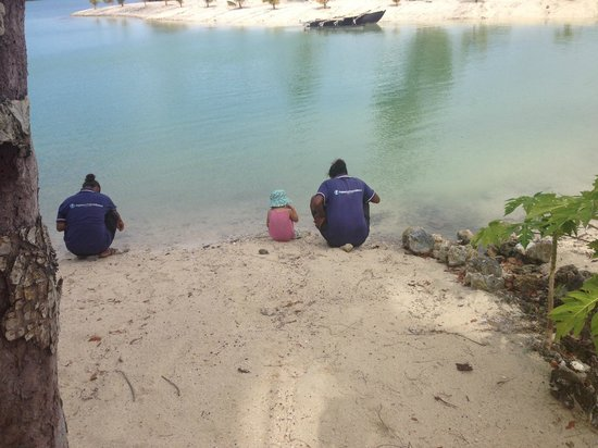 Aquana Beach Resort: Finding crabs and fish on the waters edge