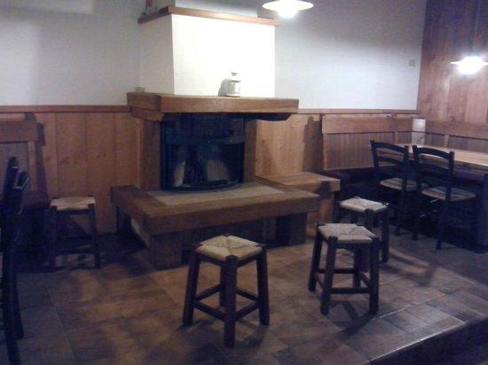 Albergo Bar Ristorante Monte Cucco di Tobia: Kamin