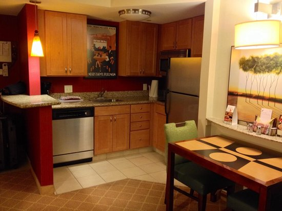 Residence Inn Orlando Airport: Kitchen in one bedroom