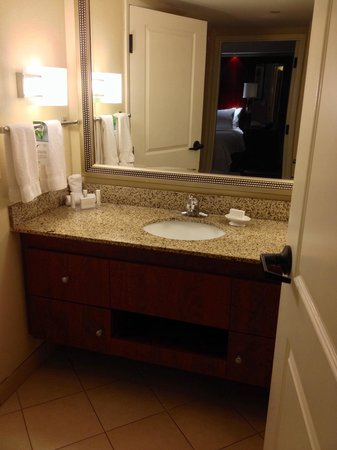 Residence Inn Orlando Airport: Sink area outside of bath