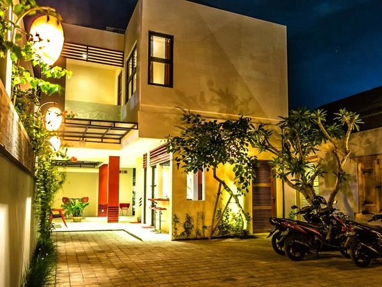 Bali Ginger Suites & Villa: Reception and Car Park