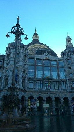 Bahnhof Antwerpen-Centraal: 駅外観