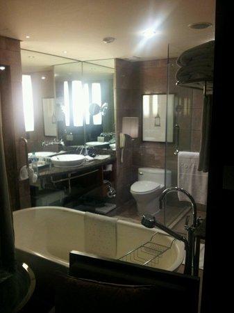 Conrad Bangkok Hotel: バスルーム