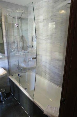 Bcn Urban Hotels Del Comte: Bathroom seemed a notch above the room itself.