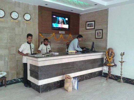 Hotel Mumtaz Mahal: Reception desk