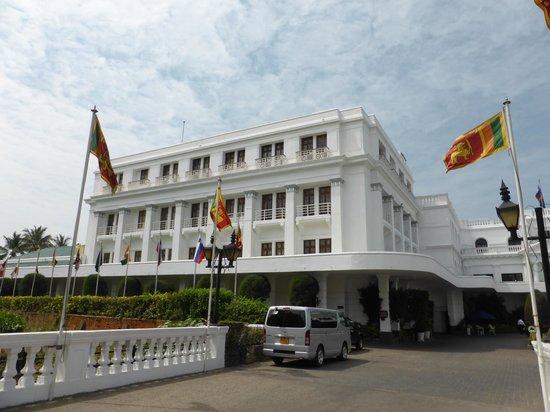 Mount Lavinia Hotel: Hotel od ulicy