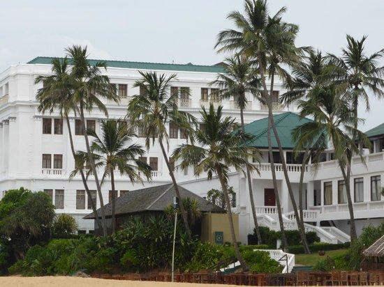 Mount Lavinia Hotel: Widok z plaży na hotel