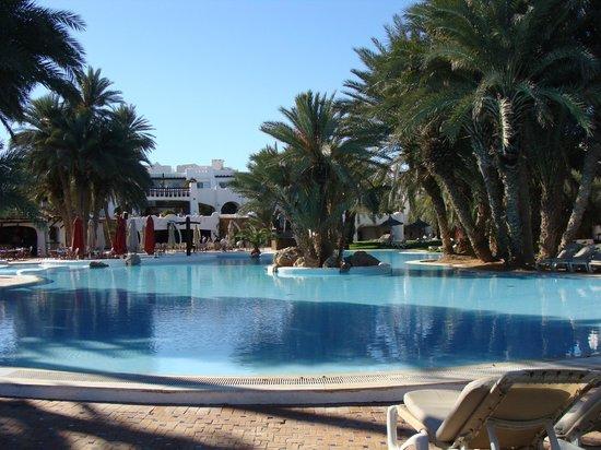 Odyssee Resort & Thalasso : Vue du bout de la piscine