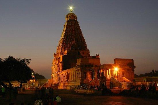 Hotel Gnanam: Tempel von Thanjore bei Nacht