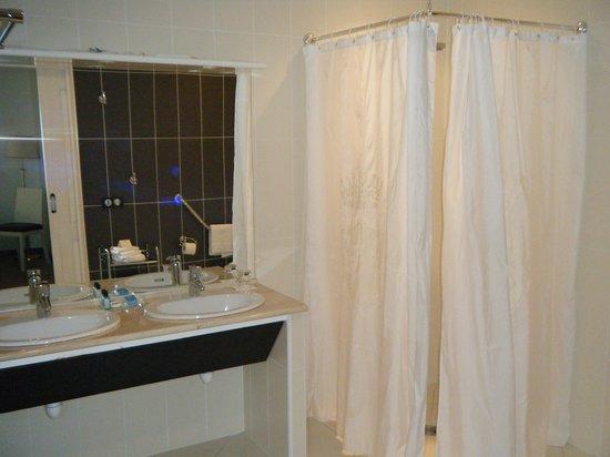 Hotel West End: 浴室、洗面台、トイレ