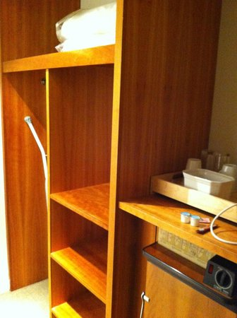 Holiday Inn Swindon: Neat shelves