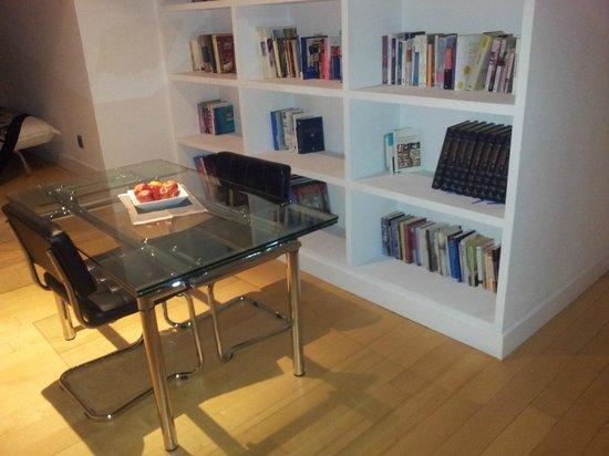 SYTB&B Luxury Bed & Breakfast: Zona de estar en la suite del piso superior, con biblioteca