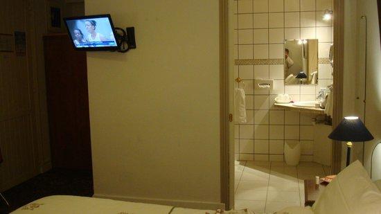 Hotel Le Plantagenet: vue vers la télé et salle de bains