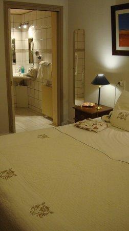 Hotel Le Plantagenet: la chambre et l'aperçu vers la la salle de bain,