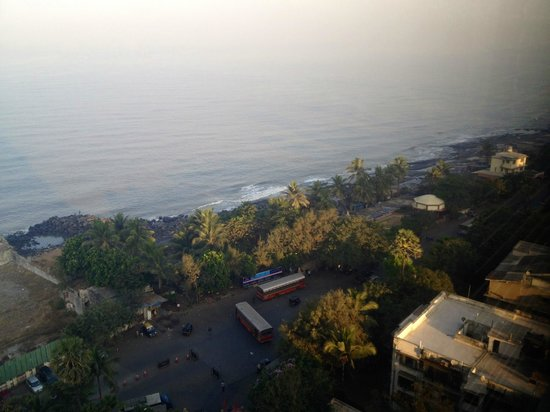 Taj Lands End Mumbai : Lovely view of the Indian Ocean and the Bandra bandstand promenade.