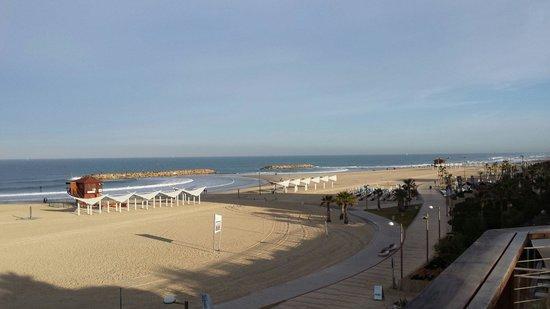 Dan Accadia Hotel Herzliya: Beach at hotel.