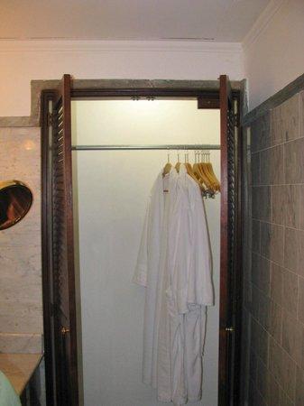 Hotel DeVille: Die einzige Garderobe im feuchten Bad