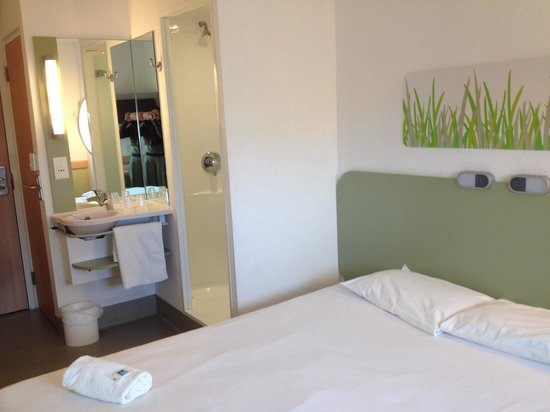 Ibis Budget London Hounslow : Cozy basic room.Tiny but adequate equipments.