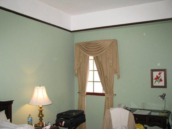 Hotel DeVille : Schwergängiges Fenster auf lauten Innenhof