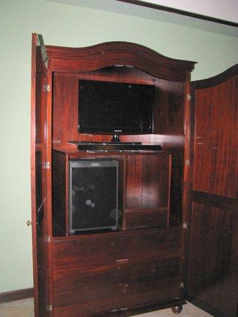 Hotel DeVille : Kleiderschrank, überwiegend für Fernsehr und Minibar