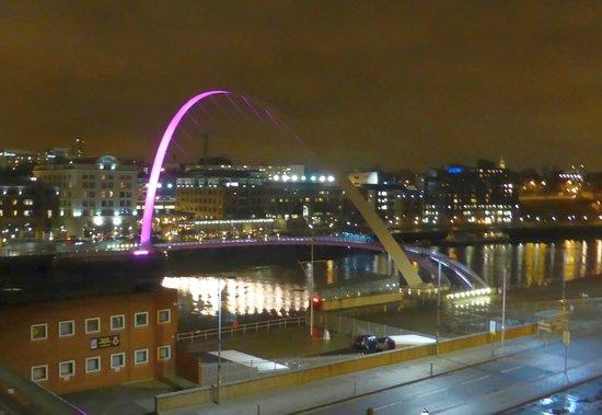 Jurys Inn Newcastle Gateshead Quays: The millenium bridge at night