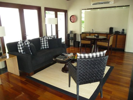 Kayumanis Nusa Dua Private Villa & Spa: Separate building with dining and living room