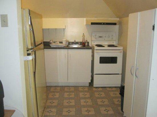 Clarkson Village Motel: Family Apartment Kitchen
