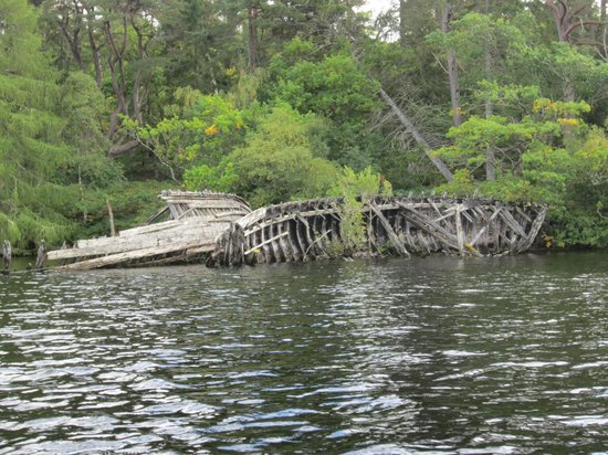 Kushi Adventures: ship wreck in the river mouth of Loch Ness