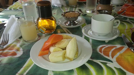 Kariwak Village Restaurant: Fruit plate, starting breakfat...