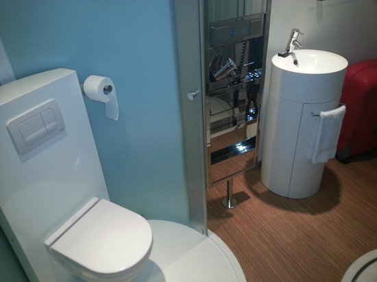 citizenM Schiphol Airport: wc inside the room