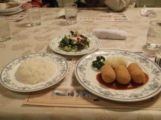 Gotoken Restaurant Yukikawatei: Crab crocket, salad, and rice