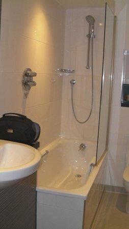 Thistle Kensington Gardens: The bathroom with a tub