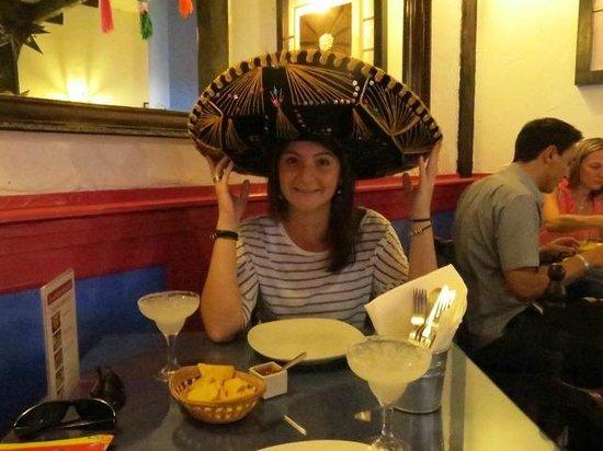 La Cantina Mexicana : Tomando una margarita con el típico sombrero Mexicano