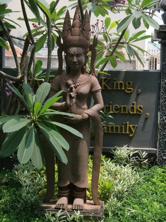 MotherHome Inn : Statue in front of the hotel