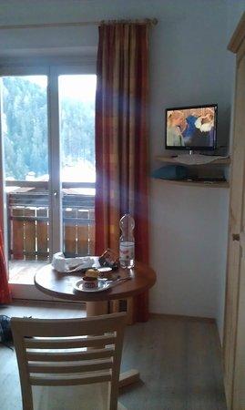 Villa Gottfried: Mein Zimmer bei Tag. Bett befindet sich hinter der linken Schulter der Fotografierenden.