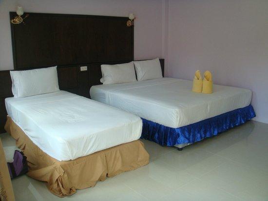 Blue Andaman Lanta Resort: room, clean beds- triple room