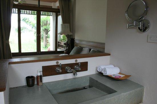 Baan Tye Wang Hotel : lavabo dans la chambre