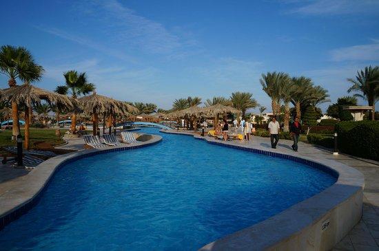 Hilton Hurghada Long Beach Resort: бассейн