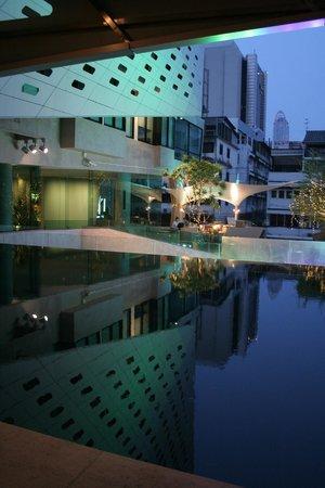 LiT BANGKOK Hotel: piscine le soir